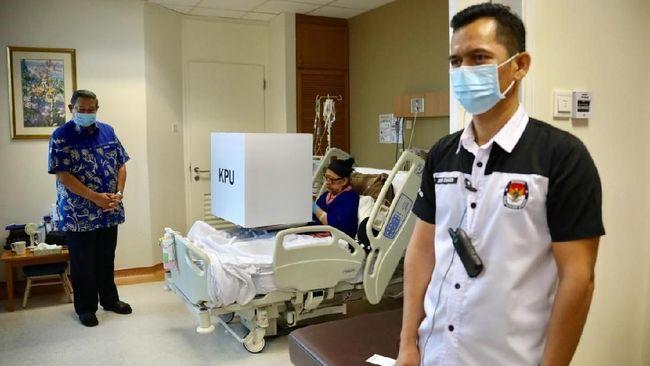 Ani Yudhoyono memberikan hak pilihnya di National University Hospital, Singapura, sementara SBY mencoblos di Kedubes RI di Singapura
