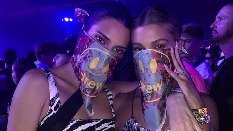 Diketahui Justin Bieber dan Hailey Baldwin hanya menyebarkan sebanyak 26 undangan saja. Salah satu tamu yang diundang adalah sahabat Hailey, Kendall Jenner.