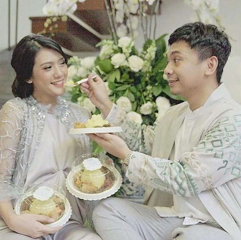 Youtuber dan Komedian yang sebentar lagi menjadi ayah itu terlihat sangat mesra saat menyuapkan makanan kepada sang istri.