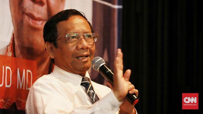Menko Polhukam Mahfud MD mengaku diminta Presiden Jokowi menjalankan tugas khusus di bidang HAM. Permintaan itu datang bersamaan dengan tawaran menjadi menteri