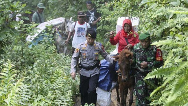 Pemilu bukan hanya semarak di Pulau Jawa, karena kawasan pelosok di Indonesia juga merayakannya. Gajah dan kuda diturunkan demi angkut surat suara.