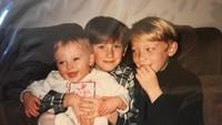 <p>Hangatnya kebersamaan Sophie Turner bersama dua kakak kandungnya. Sophie ternyata juga punya saudara kembar yang meninggal sebelum dilahirkan, Bunda. <em>Hiks</em>. (Foto: Instagram @sophiet)</p>