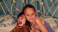<p>Kompaknya Sophie Turner dengan sahabatnya dari kecil, Ellie Johnson. Sophie sudah terlihat cantik ya dari kecil. Setuju, Bunda? (Foto: Instagram @sophiet)</p>