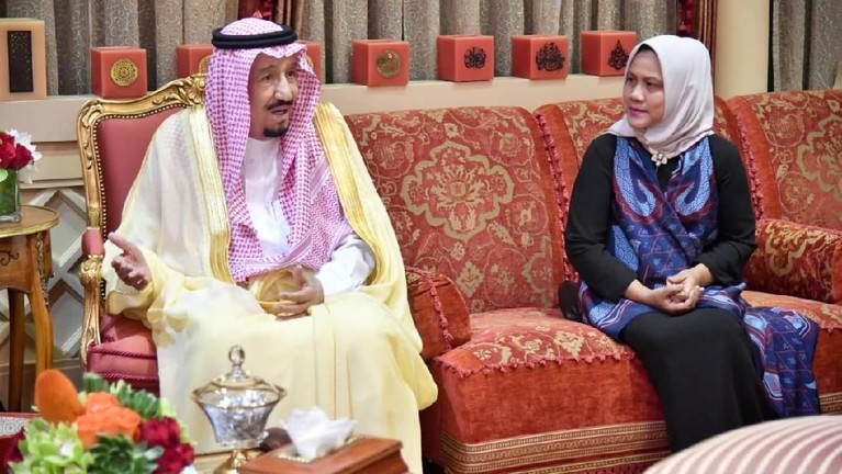 Begitu pun Iriana juga ikut berbincang dengan Raja Salman.
