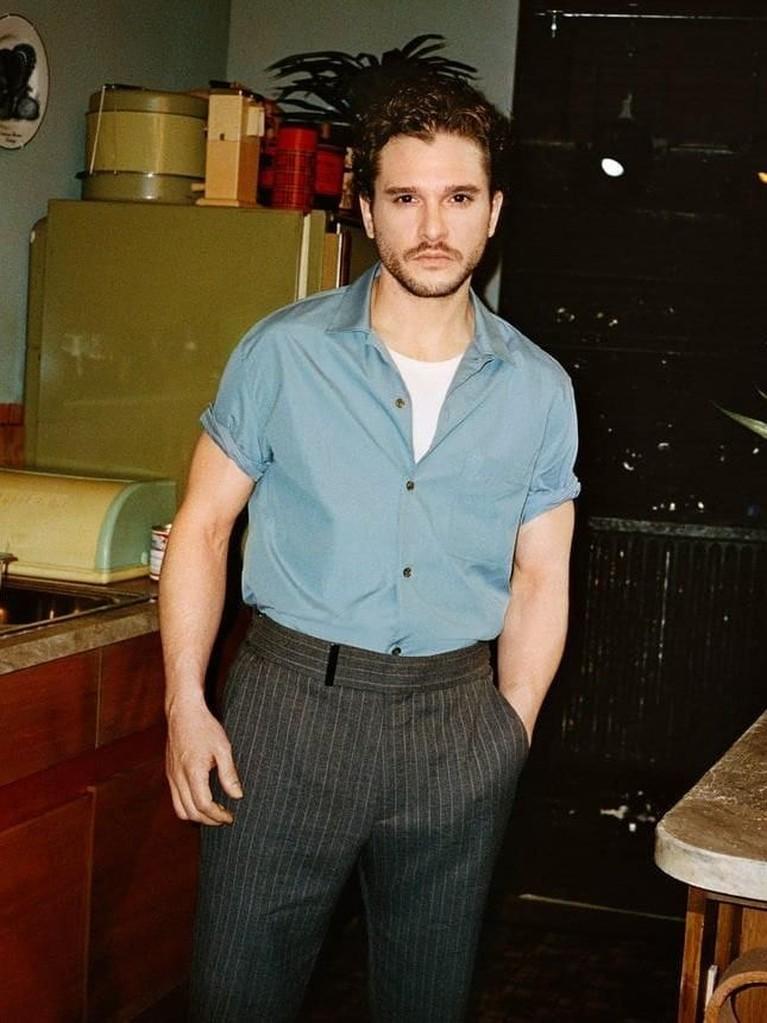 Pria 32 tahun itu memadukan kemeja birunya dengan celana bahan bermotif garis-garis. Kece banget kan Insertizen?