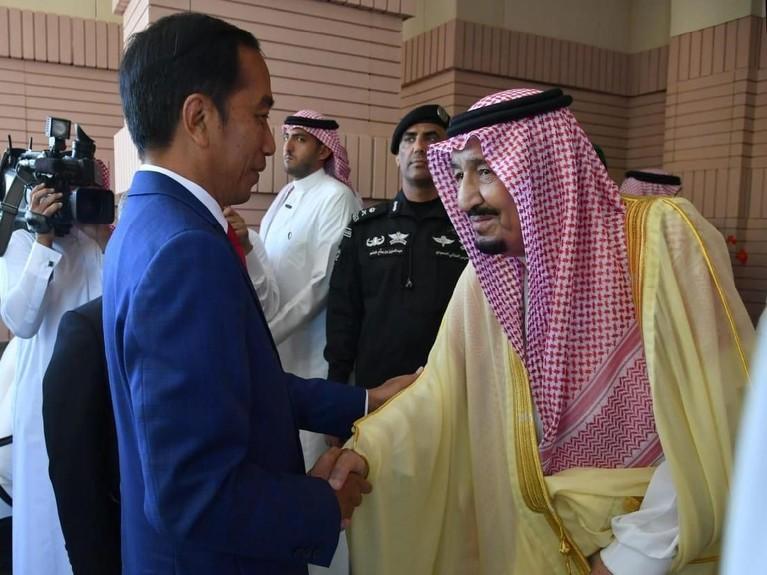 Kehadiran Jokowi dan Iriana disambut hangat oleh Raja Salman bin Abdulaziz al-Saudi di kediaman Kerajaan Arab Saudi, Riyadh.
