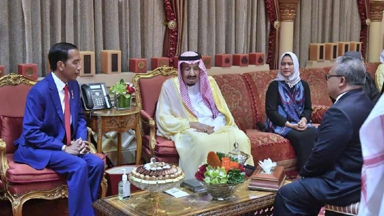 Pada Minggu (14/4) sekitar pukul 12.50 WIB, Presiden Joko Widodo bersama Ibu Negara, Iriana, tiba di Bandara Internasional King Khalis, Riyadh, dan langsung menuju istana Kerajaan Arab Saudi.
