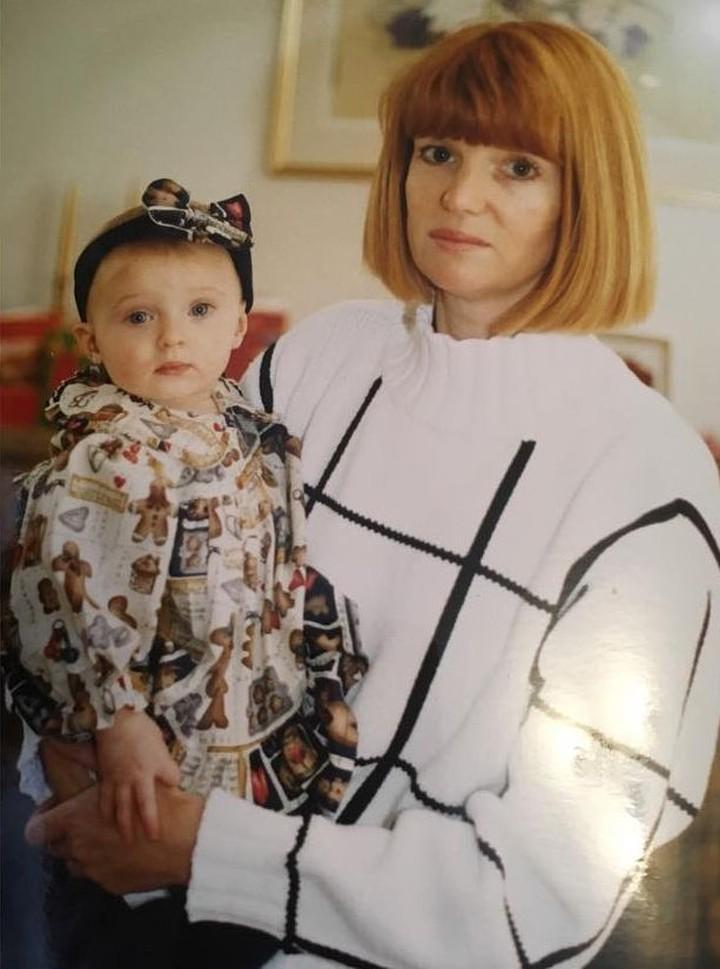 <p>Sophie Turner kecil lagi bersama Bunda Sally <em>nih</em>. Walau masih bayi, Sophie sudah bisa bergaya <em>lho</em>. (Foto: Instagram @sophiet)</p>