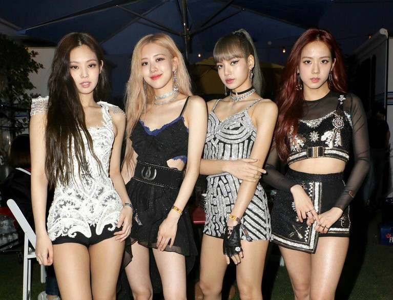BLACKPINK adalah salah satu pengisi acara di Coachella 2019. Girlband asal Korea Selatan ini tampil memukau dengan outfit bernuansaperak dan hitamyang membuat penampilan mereka semakin manis sekaligus seksi.