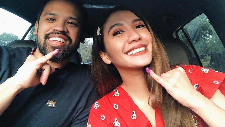 Acha Sinaga Temani Suami Nyoblos untuk Pertama Kali