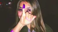 <p>Sarah Azhari yang kini tinggal di Amerika Serikat juga menggunakan hak pilihnya di sana. Sarah pamer kelingking yang matching dengan warna kontak lensa dan gelangnya. (Foto: Instagram @sazarita)</p>