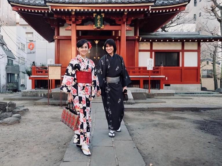 Keduanya juga menyempatkan diri mencoba hanbok, pakaian khas Korea Selatan.