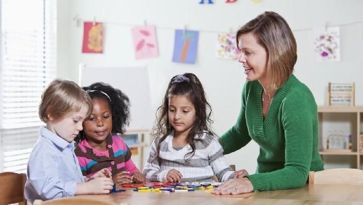 Dalam membentuk karakter anak, tak hanya peran keluarga yang dibutuhkan, tapi juga masyarakat.