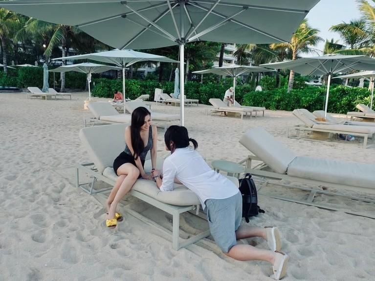 Foto Kevin dan Vicy pamer kemesraan dengan saling bertatap mata saat berada di sebuah pantai.