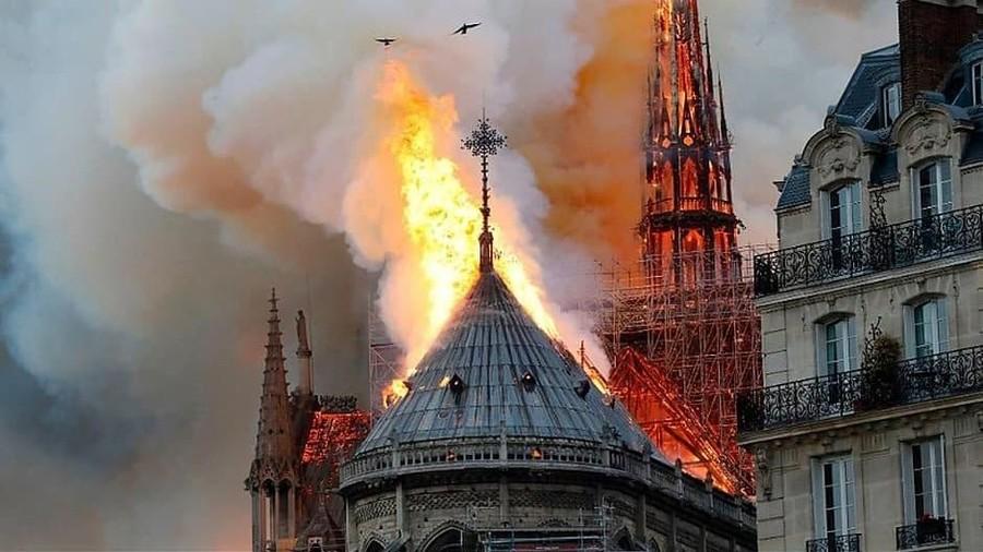 Kebakaran Hanguskan Gereja Katedral Notre Dame di Paris