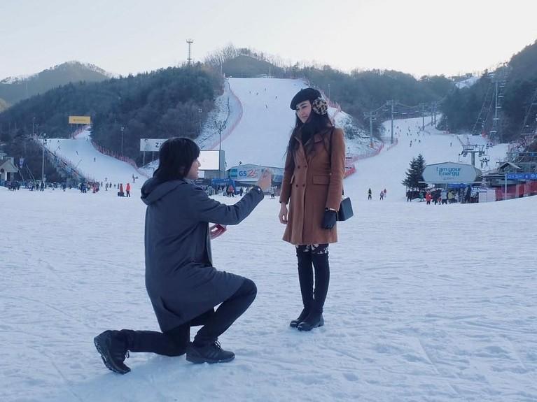 Putra bungsu Addie MS dan Memes ini telah melamar Vicy saat sedang liburan di Korea Selatan. Romantis sekali 'kan?