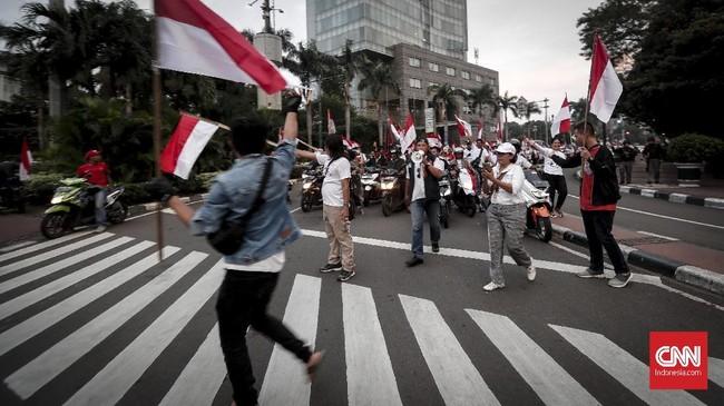 Para pendukung capres-cawapres nomor urut 01 Jokowi dan Ma'ruf Amin merayakan 'kemenangan' hasil quick count pada Rabu (17/4) petang.