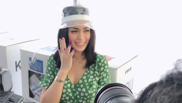 Jessica Iskandar juga tak mau ketinggalan memajang foto dengan jari bertinta setelah menyoblos di Pemilu 2019.