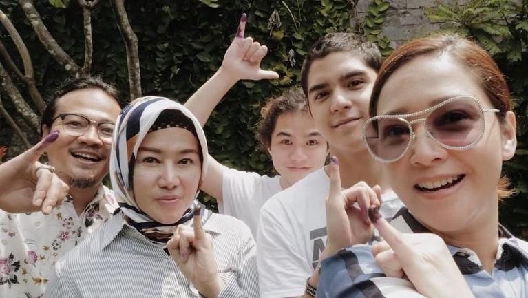 Maia Estianty bersama El dan Dul menunjukkan jari bertinta setelah menyoblos di Pemilu 2019.