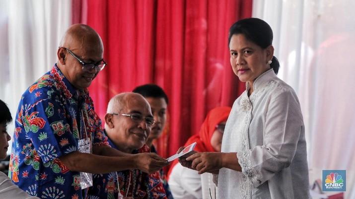 Presiden Joko Widodo (Jokowi) Didampingi Istri Iriana Joko Widodo Menghadiri TPS saat pemilu 2019. (CNBC indonesia/Andrean Kristianto)