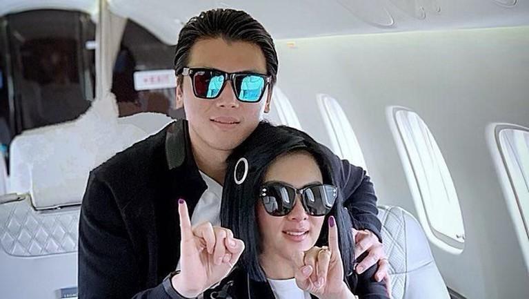 Pasangan artis yang baru menikah, Syahrini dan Reino Barrack juga berfoto sambil menunjukkan jarinya bertinta.