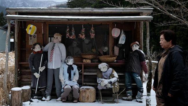 Desa Nagoro ditinggalkan warganya yang merantau ke kota. Agar tak kesepian, seorang warga membuat meramaikan kota dengan boneka bikinannya.