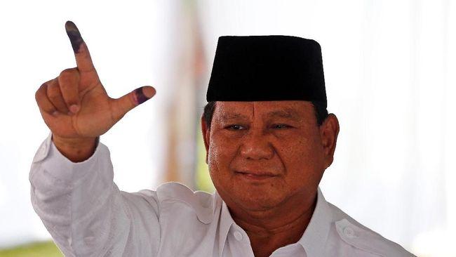 Tiba di TPS 041 di Bojong Koneng, Babakan Madang, Bogor, capres Prabowo Subianto mengajak para wartawan yang bekerja untuk tetap menggunakan hak pilihnya.