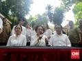 Megawati Bersama Anak Cucu Berbaju Putih-putih saat Memilh
