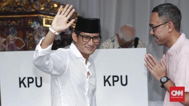 Sandi disebut sengaja berada di dalam rumah Prabowo dan tak ikut sujud syukur karena sibuk diskusi dengan tokoh-tokoh lain di dalam rumah.