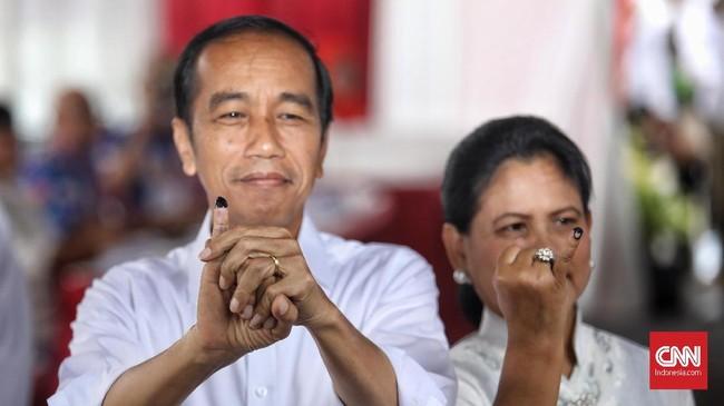 Momen kala paslon 01 Joko Widodo-Ma'ruf Amin dan paslon 02 Prabowo Subianto-Sandiaga Uno masuk bilik suara dan menyelesaikan hak pilihnya.