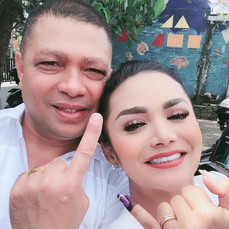 Krisdayanti dan Raul Lemos menunjukan jari dengan tinta sebagai bukti telah menyoblos di Pemilu 2019.