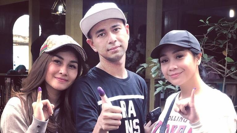 Raffi Ahmad, Syahnaz dan Nagita Slavina menunjukkan jarinya bertinta setelah selesai menyoblos di Pemilu 2019.