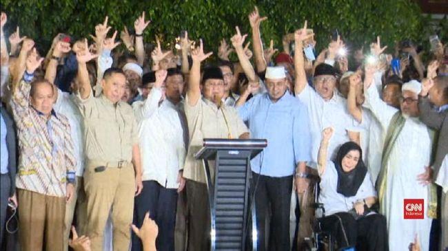 Pendukung Prabowo Subianto berteriak 'Prabowo Presiden' usai pidato Prabowo yang mengklaim kemenangan 62 persen di Pilpres 2019.