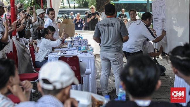 Suasana penghitungan suara di TPS di kawasan Taman Suropati, Jakarta, Rabu, 17 April 2019. CNN Indonesia/Bisma Septalisma