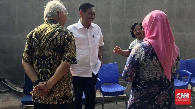 Menko Kemaritiman Luhut Pandjaitan mencoblos di TPS 005, Jalan Denpasar IV, Jakarta, Rabu (17/4), bersama istri dan dua anaknya berseragam putih-putih.