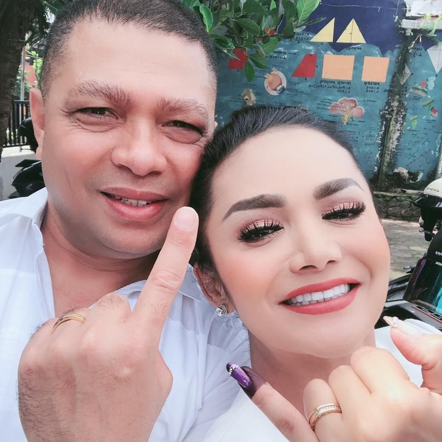 Nyoblos di Malang, Krisdayanti Dibonceng Suami Pakai Motor Gede