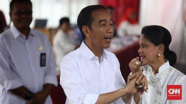 Calon presiden petahana nomor urut 01 Jokowi bersama istrinya Iriana usai mencoblos dan mengaku akan makan siang bersama.