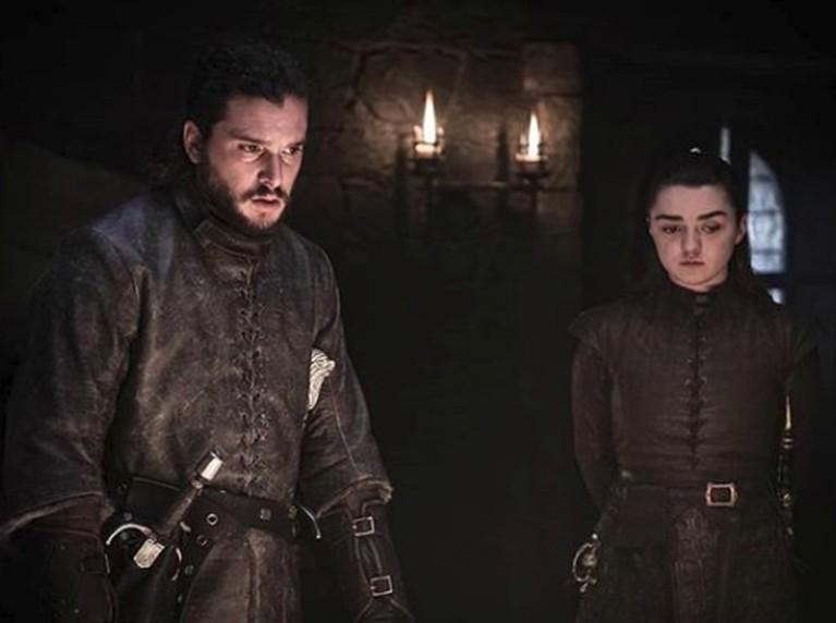 Jon Snow & Arya Stark terlihat berada di ruang bawah tanah Winterfell, setelah sebelumnya kembali bertemu di pohon keluarga Stark.