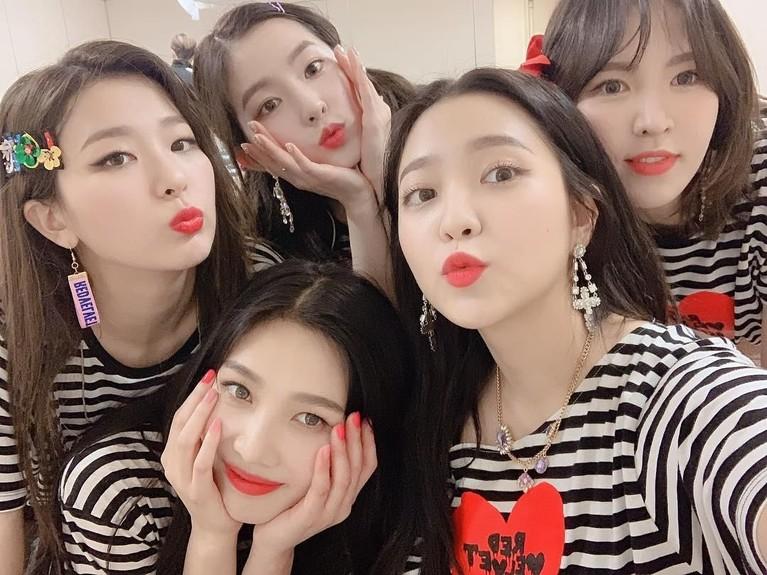 Girl group Red Velvet besutan SM Entertainment ini beranggotakan lima wanita cantik, yaitu Irene, Seulgi, Wendy, Joy, dan Yeri.