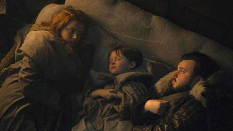 Gilly dan Samwell Tarly terlihat tidak mampu tidur nyenyak, sedangkan Little Sam ada diantara mereka.