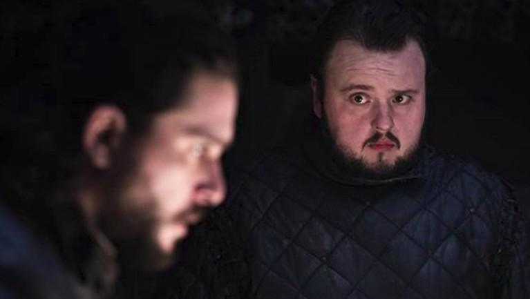 Samwell Tarlymemandang wajah Jon Snow yang baru saja mengetahui identitas sebenarnya, yakni Aegon Targeryen.