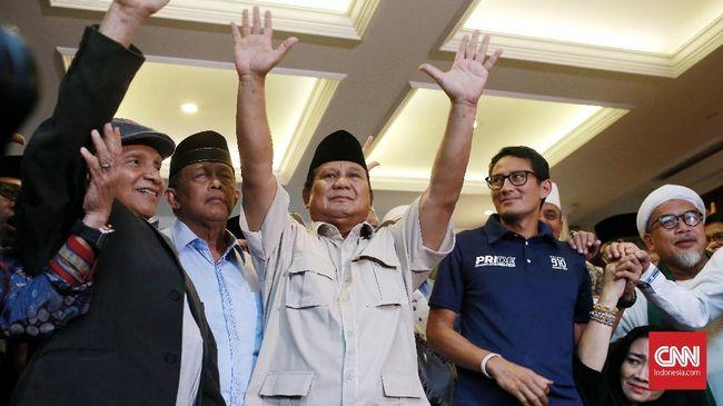Prabowo nampak kelelahan, namun masih tetap menebar senyum dan mengacungkan salam dua jari kepada para pendukungnya.