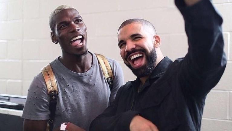 Berikutnya ada Paul Pogba yang juga sempat menonton penampilan Drake dan foto bersama sebelum pertandingan Manchester United vs Barcelona. MU kalah dengan skor 0-1 dalam pertandingan itu.