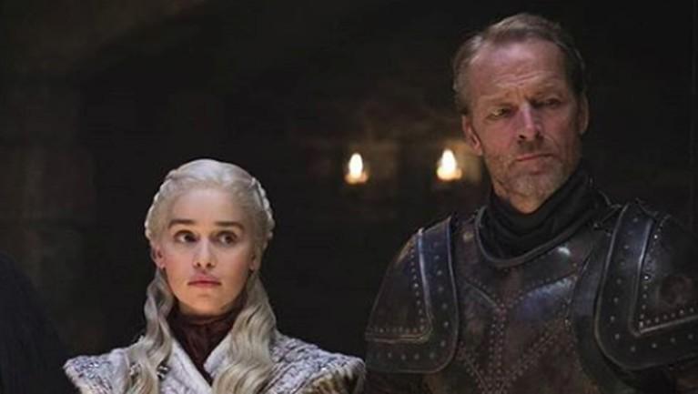 Daenery Targaryen bersama Jorah Mormontterlihat dengan wajah yang bingung dalam kastil Winterfell. Hal ini diketahui karena pasukan Night King sudah semakin dekat.