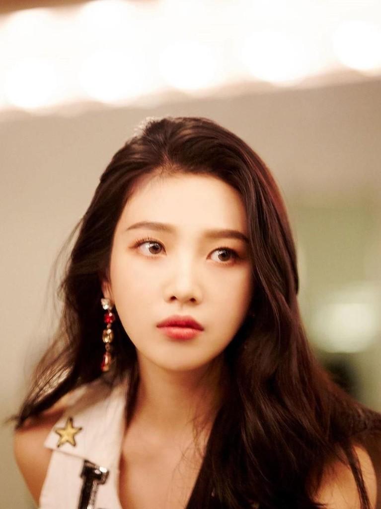 Park Soo Young atau yang lebih dikenal dengan nama Joy berposisi sebagai lead rapper dan vocalist di girl group Red Velvet ini.