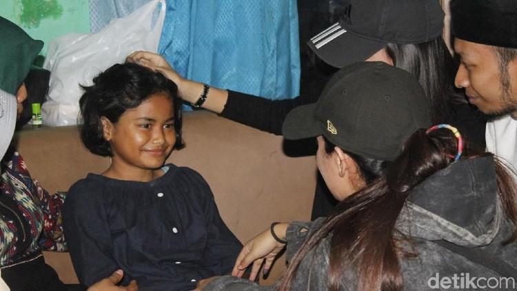 Nabila, bocah yang viral lantaran sepatunya diejek teman-teman di sekolah, menyimpan kisah memilukan.