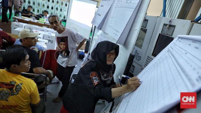 Petugas KPPS tidak mendapatkan asuransi apapun pada Pemilu 2019, padahal mereka bekerja hingga larut malam. Belasan petugas meninggal dunia karena kelelahan.