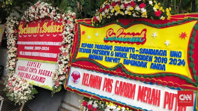Mayoritas karangan bunga bertuliskan ucapan selamat dan sukses atas terpilihnya Prabowo dan Sandiaga sebagai presiden dan wapres pilihan rakyat di Pilpres 2019.
