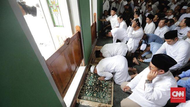 Capres Prabowo Subianto kembali melakukan sujud syukur terkait klaim kemenangannya dalam Pilpres 2019, di Masjid Al Azhar, Jakarta Selatan.