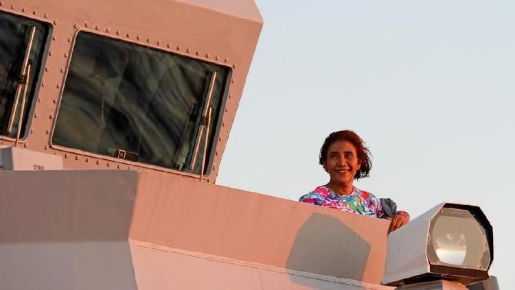 Menteri Kelautan dan Perikanan, Susi Pudjiastuti menikmati sunset bersama putri tercintanya, Nadine Kaiser. So sweet!